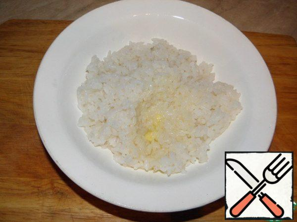 To boiled rice add butter (if it was cooked in advance, heat in a microwave oven to a warm state).