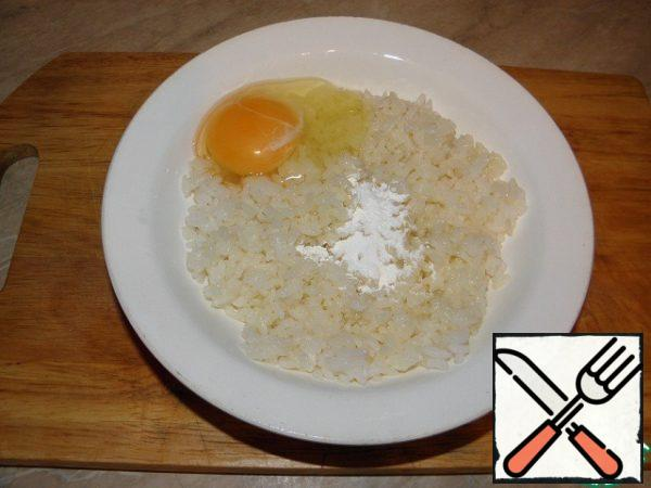 To the rice with the butter add the egg, teaspoon of starch.