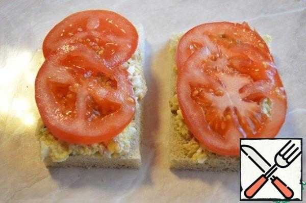 Cut the bread, spread the resulting mass, put the tomato and close the sandwich with another piece of bread. The sandwich is soft with a delicate filling.