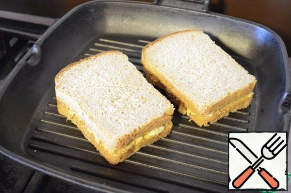Fry in a frying pan grill on both sides. It turns out the sandwich with super crispy crust and a tender filling inside.