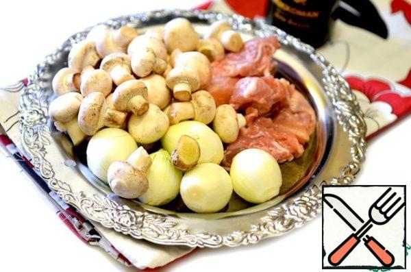 Prepare all products. Chicken (without bones) cut into small pieces, peel the onion, cut into cubes. Clean the mushrooms, wash, cut into slices. Peel potatoes, wash, cut into cubes or strips.