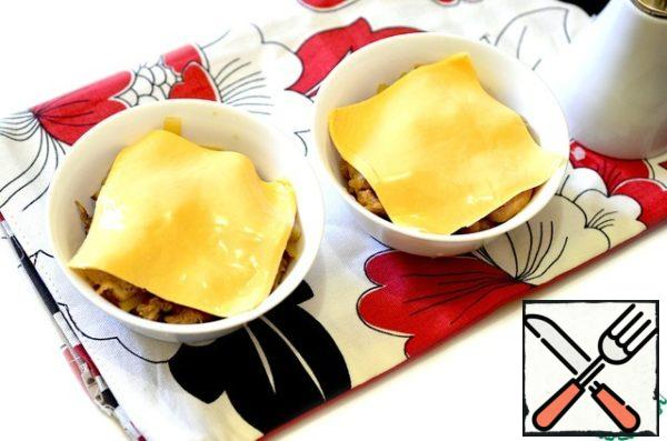 Cover each serving with melted cheese (sandwich). If this is not the case, replace the usual cheese (Dutch, Russian).