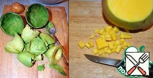 Cut the avocado, taking out the bone and all the pulp with a spoon, clean the mango and cut.