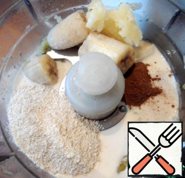 Grind a blender until smooth frozen banana, honey, baked apples, cinnamon and Hercules traditional whole grain. Pour the smoothies into glasses and serve for Breakfast.
