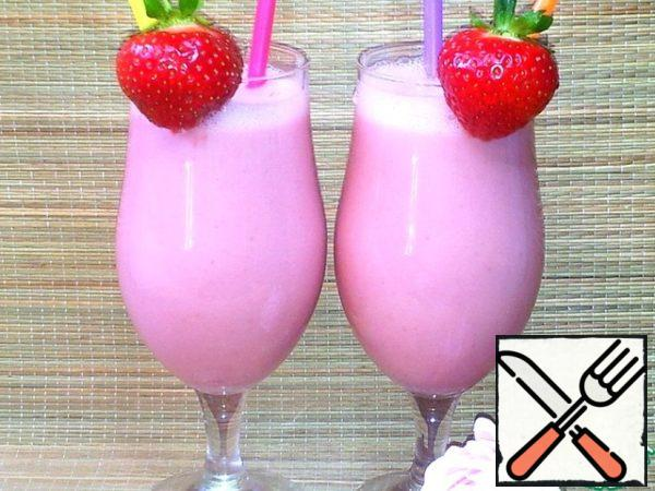 Glasses decorated with strawberries and inserted 2 straws.