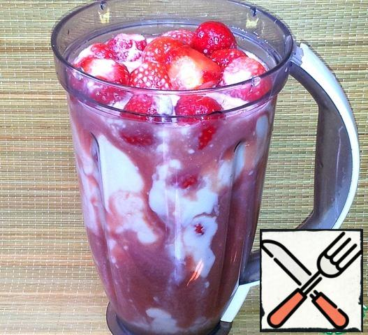Strawberry washed with running water and removed the stalks. The berries are loaded into the blender, pour the yogurt and juice.