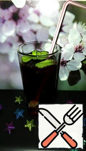 Add mineral water and mix gently. Garnish with mint.