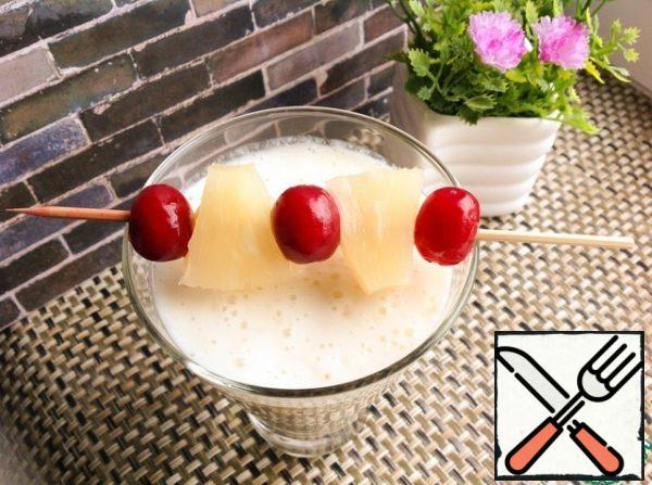 Into a glass pour the ice cubes. Pour the smoothies into glasses, decorate and serve immediately.