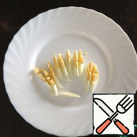 Cook hard-boiled eggs (8 minutes), peel and cut into thin slices.