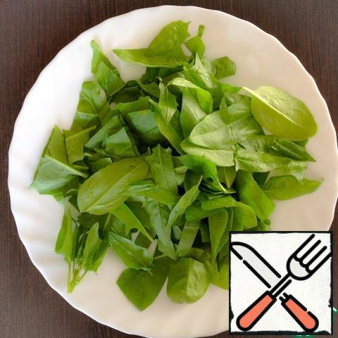Spinach to wash out, to drain the water and coarsely chop.