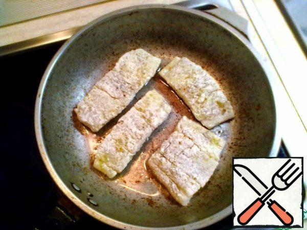 In the same pan, add vegetable oil, heat. Fish zapanirovat in flour and fry on all sides on the fire above average.