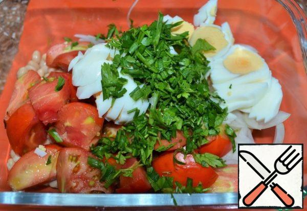 Chop eggs, wash the greens, dry them, cut into small pieces, in a salad bowl.