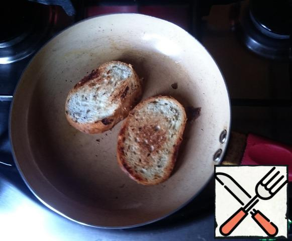A pot of water and put the pan on the fire. While the water boils in the pan add a little olive oil and fry a couple of slices of white bread.