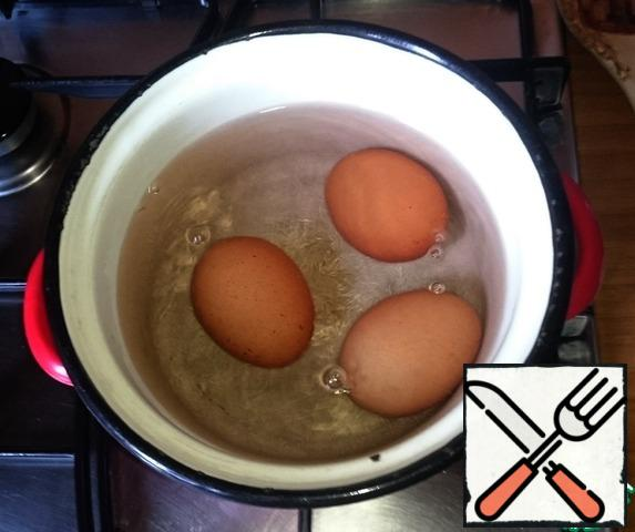 Carefully put the eggs in boiling water and cook for 3-4 minutes. Cooking time of eggs is checked by frequent experiments. The photo shows how the air comes out of the eggs. No salt in the water is not added. After cooking, the pan remains almost clean.
