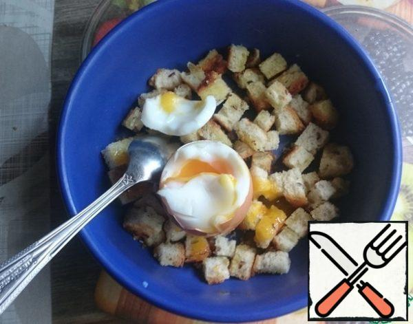 Eggs are cooked. Put them in cold water for 30 seconds so you can hold them in your hand. A little clean and a teaspoon spread the contents of the eggs in a bowl of toasted bread.