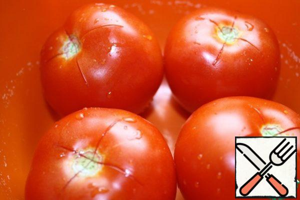 Tomatoes cut and pour hot water. Clean the skin and cut into small pieces.