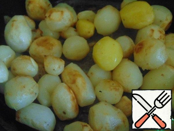 Preheat the oven to 190C, peel the potatoes and fry them until Golden brown until the oven is hot.