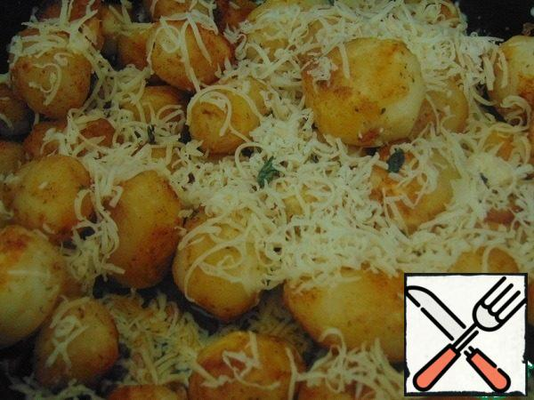 To turn off the stove. Sprinkle with grated cheese and put in the oven to bake for 15 minutes.