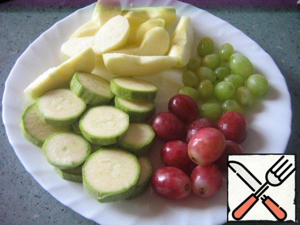 Zucchini cut into circles. Apple peel, remove the core, cut into slices. Berries grapes cut from the bunches, wash.