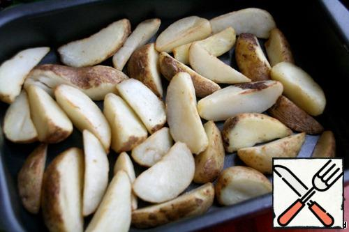 Place the potato slices on a dry baking sheet, salt, put in a preheated oven to 225 degrees for 15 minutes.