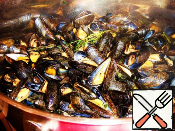 Pour the mussels into a saucepan and stir several times, then cover the pan with a lid and, without reducing the heat, leave to cook for 5-10 minutes.