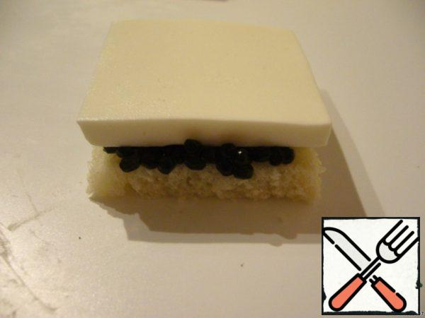 To form canapes in layers: a layer of bread, then coat with a thin layer of cream cheese, caviar, cheese, bread, cream cheese, caviar, cheese. Every canapes to tie a bow on top to attach to the skewer onion bow.