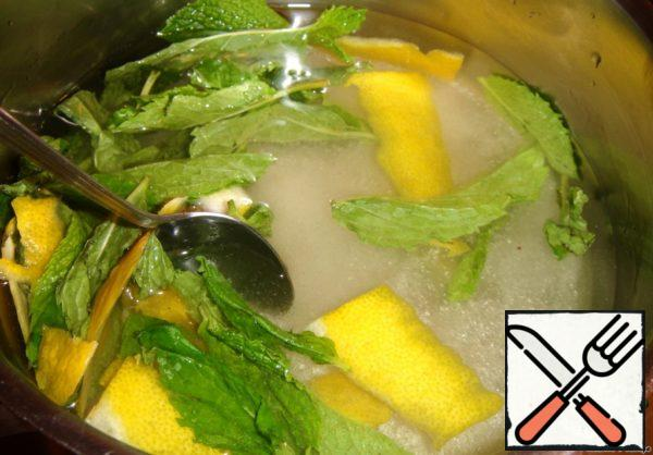 While the gelatin swells, we will prepare lemon-mint syrup. In a pot pour water, put there mint leaves, lemon zest and sugar.