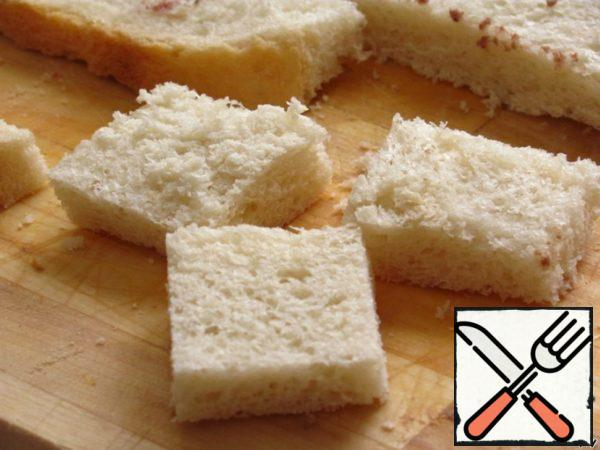 Meanwhile, cut the bread into small pieces.