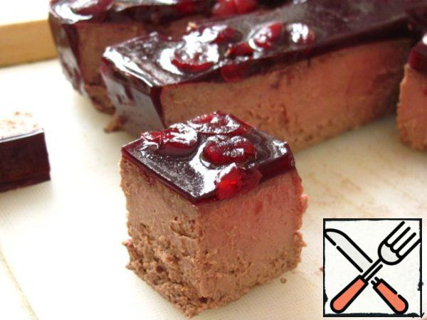 Cut the pate into small cubes, too. To get a smooth cut, it must be done with a clean hot knife. Collect the canapes: first, put a piece of pear on the skewer, then carefully a piece of pate and bread.