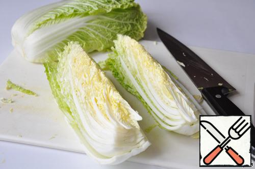 Cabbage cut along into 4 parts, salt and tightly put in a pot or Cup.
