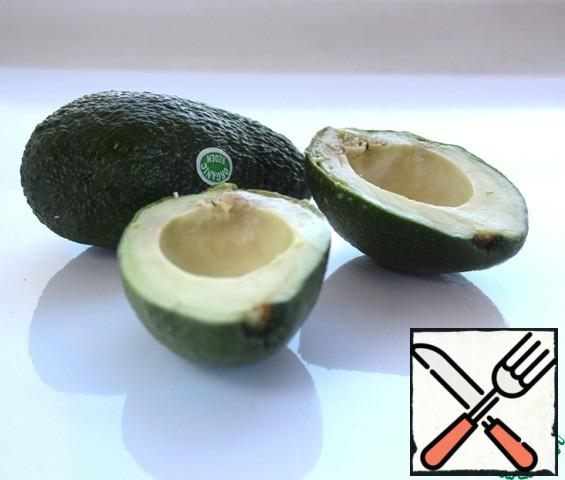 Remove the bone from the avocado, peel and cut into slices.