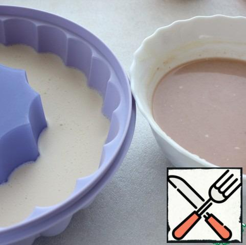 Remove from refrigerator frozen jelly and pour  mixture the jam to the form, again put into the refrigerator.