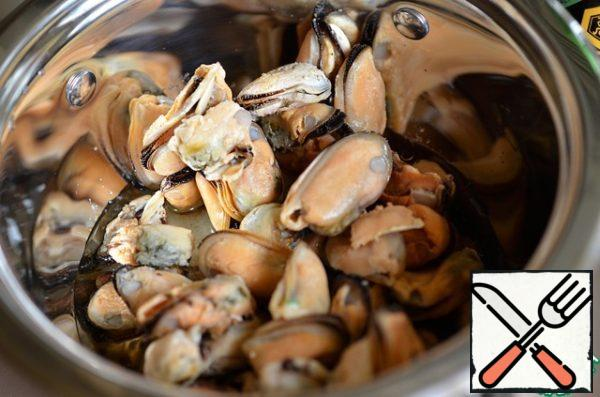 Pour the mussels. They are ready, I do not defrost them, so they better retain their shape.