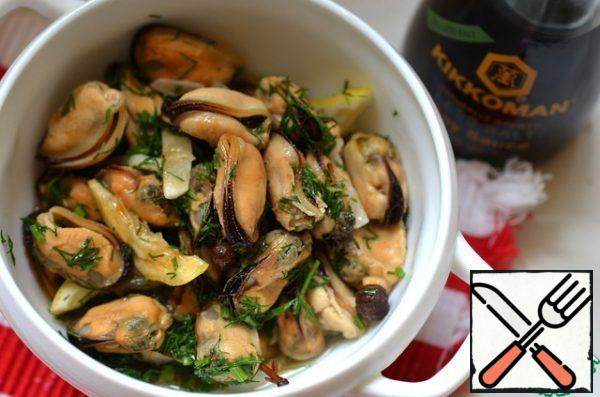 Add lemon, garlic and herbs in the marinade to the mussels. When the mussels have cooled, you can serve.