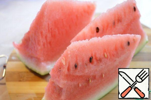 Separate the watermelon from the crust, remove the bones from the pulp and cut into cubes.