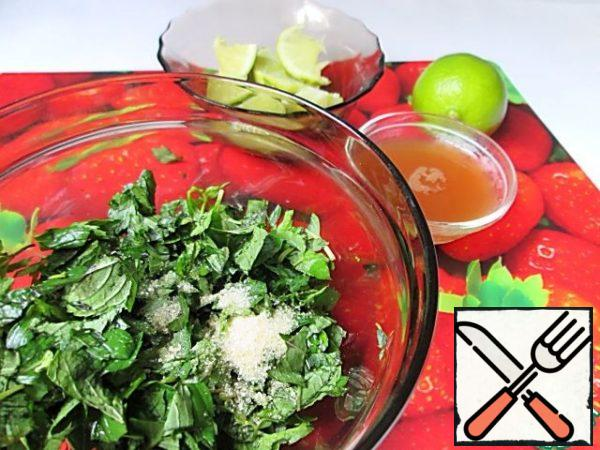 Squeezed from the Apple juice, we require a 50 ml. One lime cut into small pieces, squeeze the juice of another. Mint leaves cut, RUB with 1 tablespoon of brown sugar. Let it brew for 10 minutes.