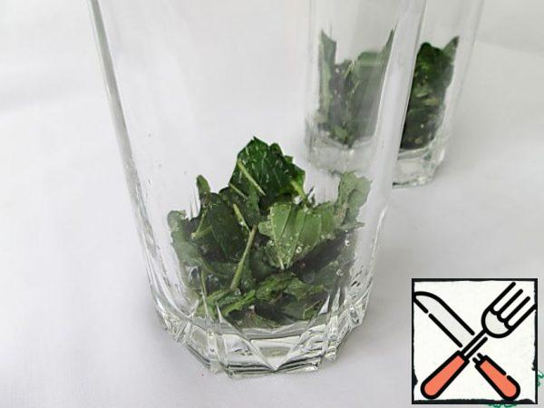 Spread the mint in two glasses, evenly divide into 2 portions of Apple and lime juices.