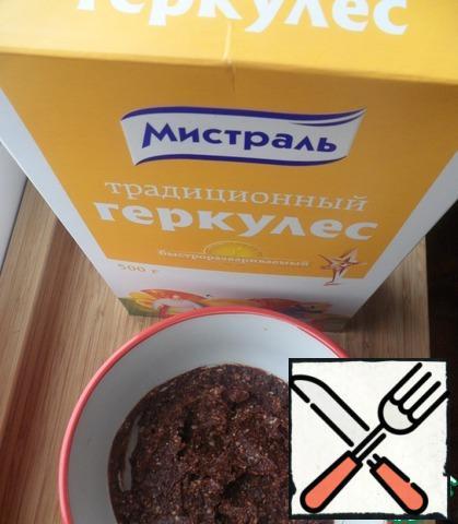Then stir in the cocoa, cinnamon and vanillin. Knead into a homogeneous mass.