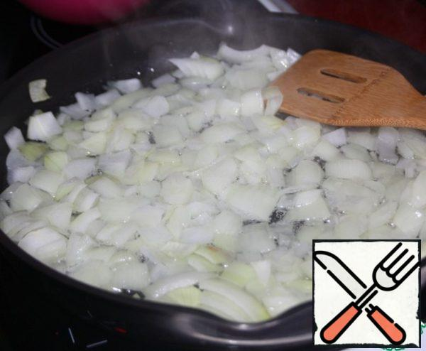 Meanwhile coarsely chop the onion and fry it in the remaining oil until it is half-cooked.