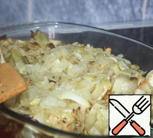 At the end of time to get the cabbage from the oven, add the onion, mix well and return to the oven for another 10 minutes.