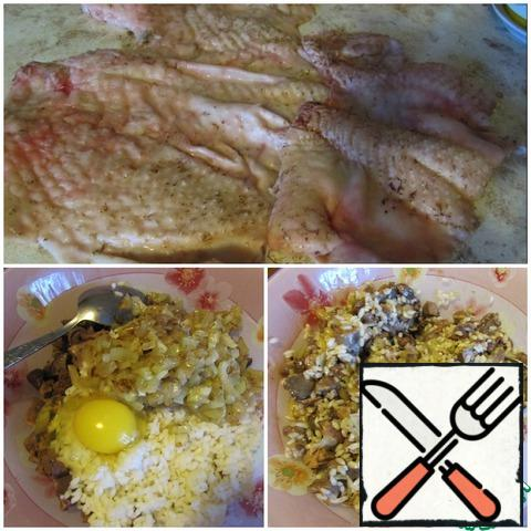 For this recipe you need chicken skin, we can remove it from chicken destined for the soup. I used Turkey skin, it's thicker. Mix the boiled rice with the cut giblets, fried onions and add the egg. In this recipe, rice and egg act as a binding element. Add nutmeg and salt, pepper.