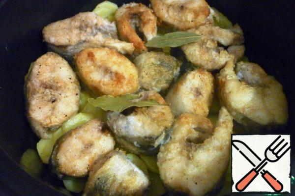 Fry on high heat in a hot pan in vegetable oil pike perch on both sides, quickly put on the potatoes, put the Bay leaf on top.