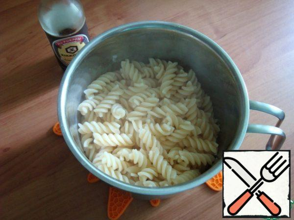 In parallel, boil the pasta of hard varieties of al-dente (on the tooth). Pasta (macaroni) put on mussels, stir, cover with a lid and give a little stand, so that the pasta absorbed the sauce.