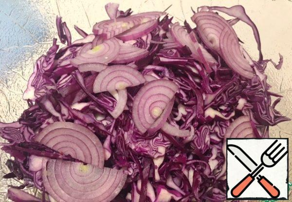 Cut the red onion into thin half-rings.