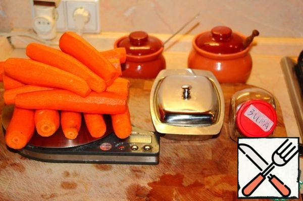 The ingredients are simple and unpretentious. About 1.3 kg of carrots I got after cleaning, as well as salt, sugar and butter.