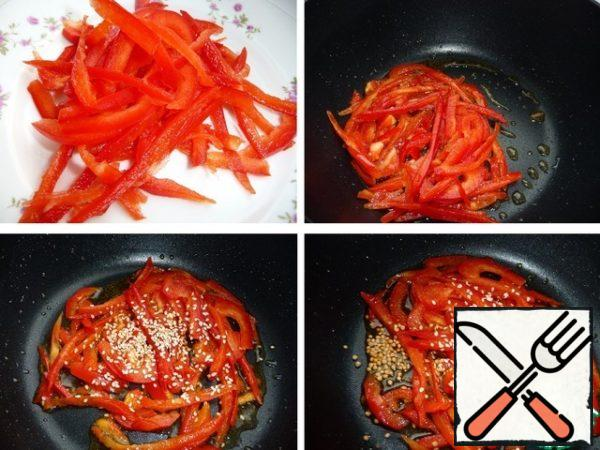 Bulgarian pepper cut into strips. In hot oil, fry the pepper no more than 1 min, add sesame and mustard seeds, fry slightly, turn off the fire and add finely chopped garlic (photo did not have time to do).