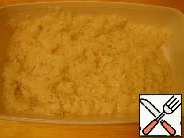 The most important thing in sushi is rice. If the rice is cooked correctly, you can assume that it is done.Stuffing for sushi should be prepared in such a way-solid ingredients cut into strips along the length of the nori. I got cream cheese, salmon and cucumber.