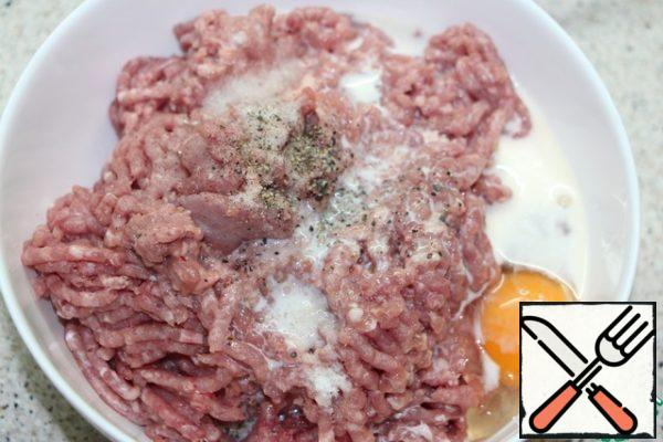 Add salt, pepper, egg, cream to the Turkey minced meat and mix thoroughly the minced meat.