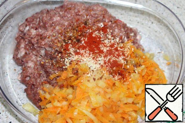 Mix minced chicken hearts with vegetables, add dry oregano (or other favorite herbs), paprika, season with salt and pepper.