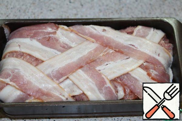 Cover with loose ends of bacon. Form put on a baking sheet, the bottom of which pour water. And cook in a preheated 180 degree oven for 1.5 hours. Give terrine a little cool, put on top of the oppression and put in the refrigerator until cool.